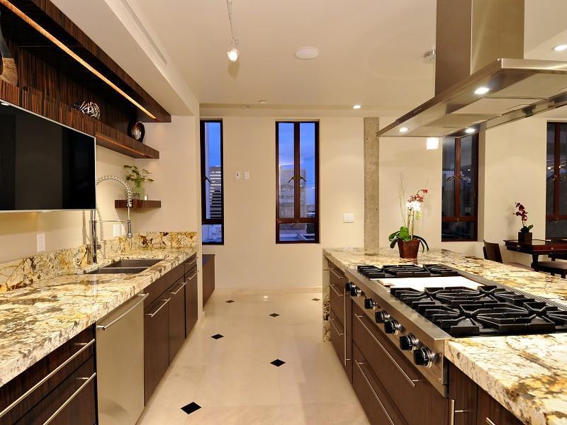 Кухня со столешницей из искусственного камня