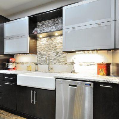 Черная кухня в стиле контемпорари
