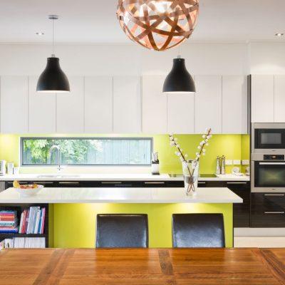 Кухня с желтым фартуком