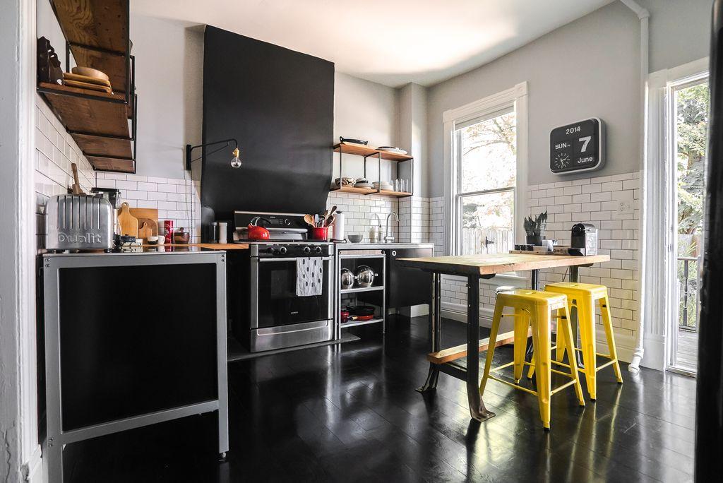 Контрастная кухня с черной мебелью, полом и белоснежными стенами