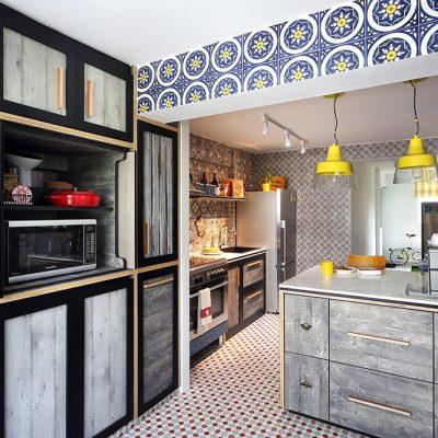 Серая кухня эклектика с желтыми светильниками