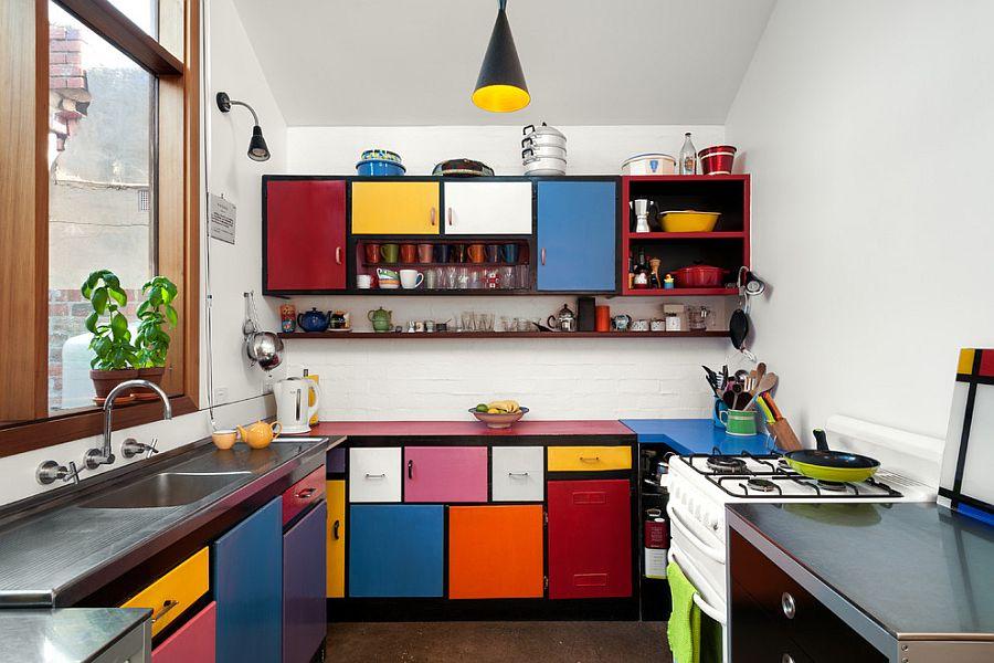Небольшая разноцветная кухня