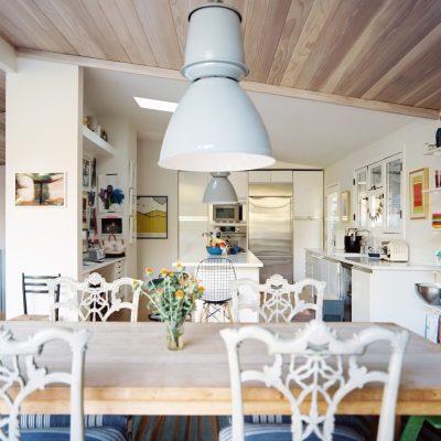 Бело-голубая кухня эклектика