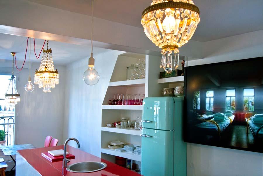Кухня с хрустальными люстрами
