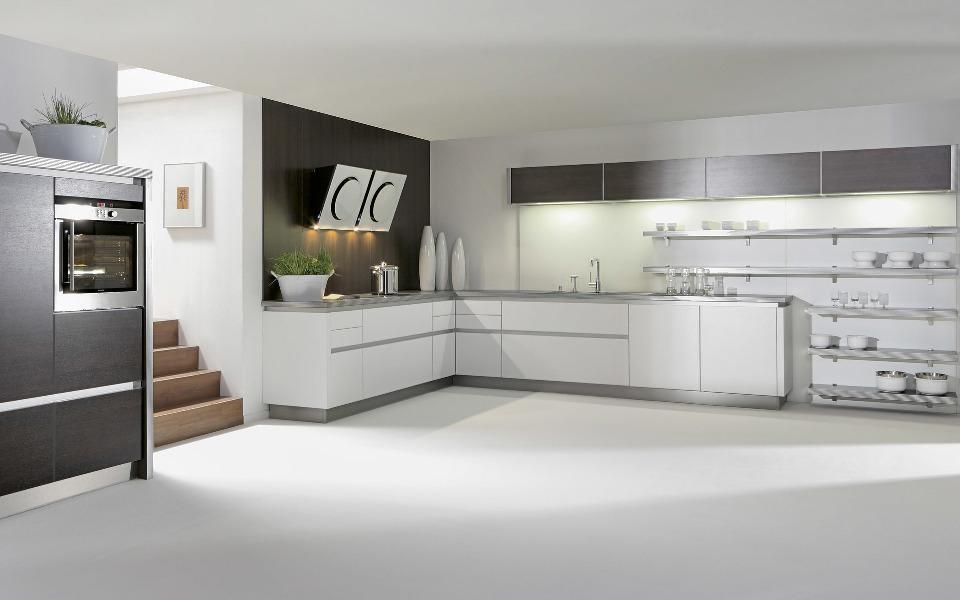 Угловая кухня, так же как и любая другая, может быть оформлена в стиле хай-тек