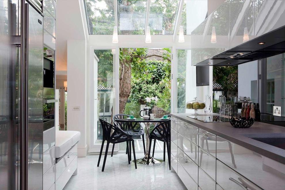 Зеркальные фасады у мебели особенно удачно смотрятся на маленькой кухне