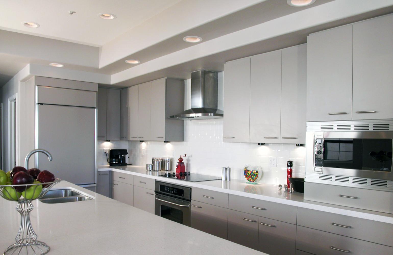 Помимо люстры на кухне можно установить дополнительное освещение, например, встроенные светильники