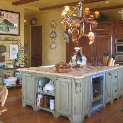 Кухонный остров на кухне в стиле прованс