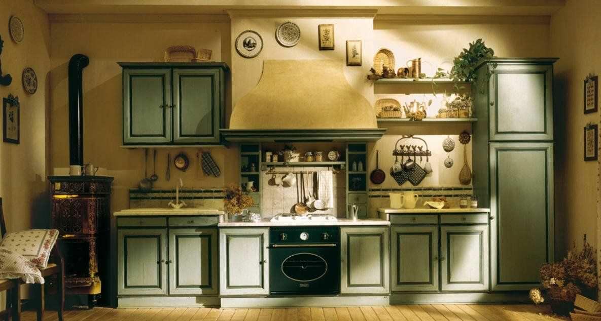 Кухня с холодным зеленым фасадом в сочетании с теплыми бежевыми стенами