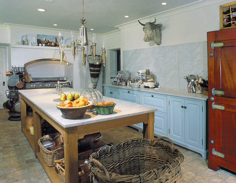 Простая и функциональня кухня с большим столом-островом