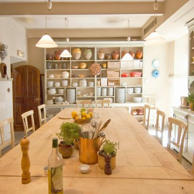 Кухня прованс с большим обеденным столом