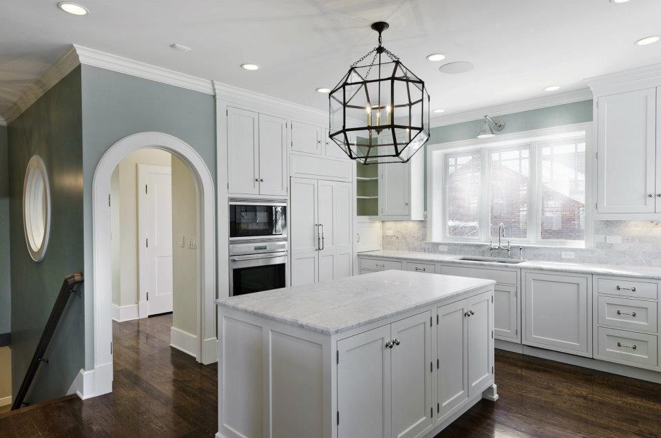 Большая минималистичная люстра, которая подойдет для кухни в стиле прованс