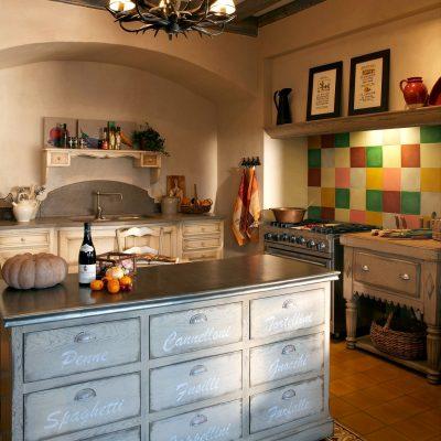 Уютная кухня с светильником прованс