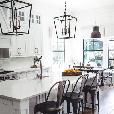 Большие прямоугольные люстры на кухню в стиле прованс