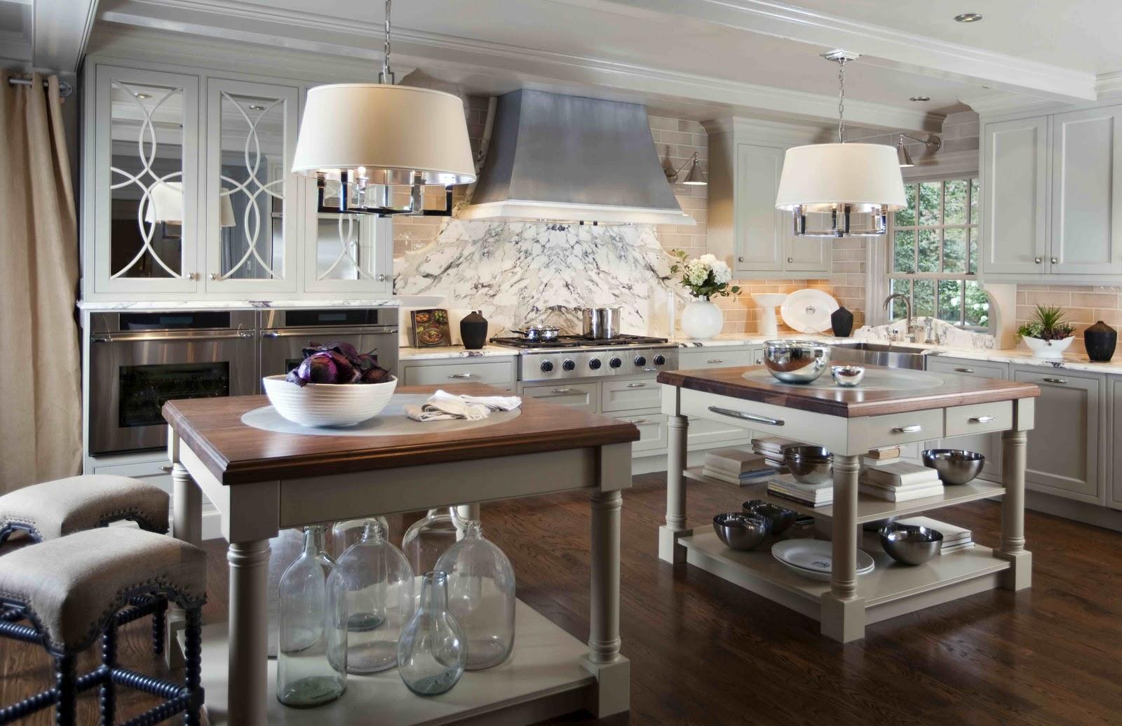 Кухня прованс с люстрами над кухонными островами