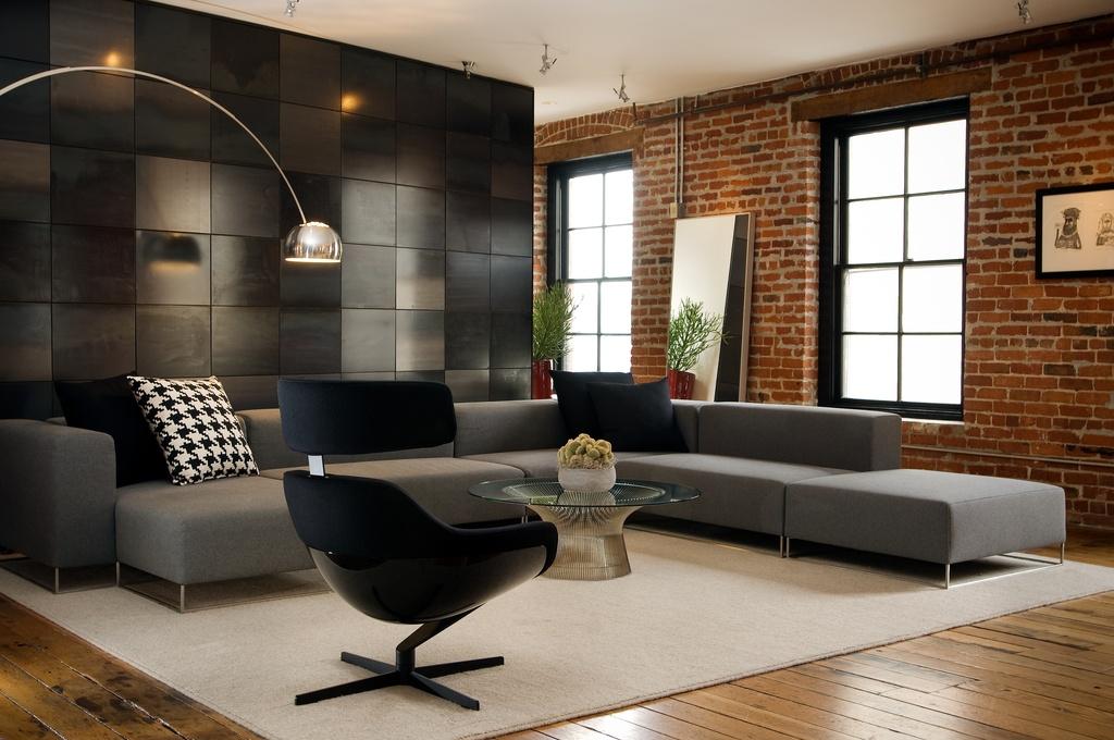 В просторной гостиной хорошо смотрится угловой диван