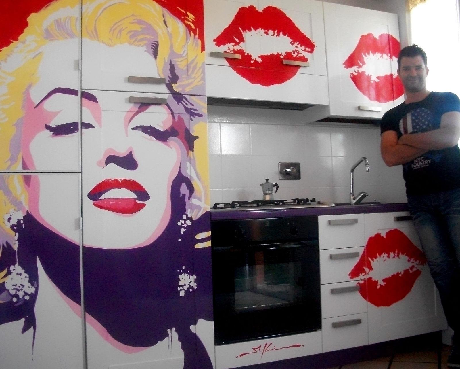 Классическую поп-арт инсталляцию можно устроить прямо на кухонных шкафчиках