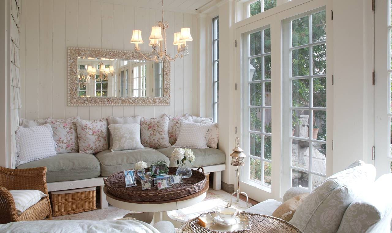 Плетеные кресла и кофейные столики создадут неповторимую летнюю атмосферу