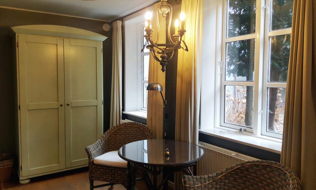 Необычные светильники с кованными элементами как нельзя лучше подойдут комнате в стиле прованс