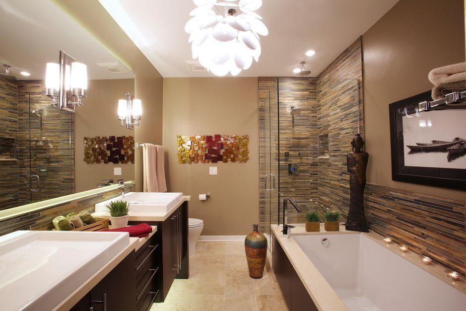 Разнообразие в интерьер ванной вносят детали: статуэтки, цветы, вазоны