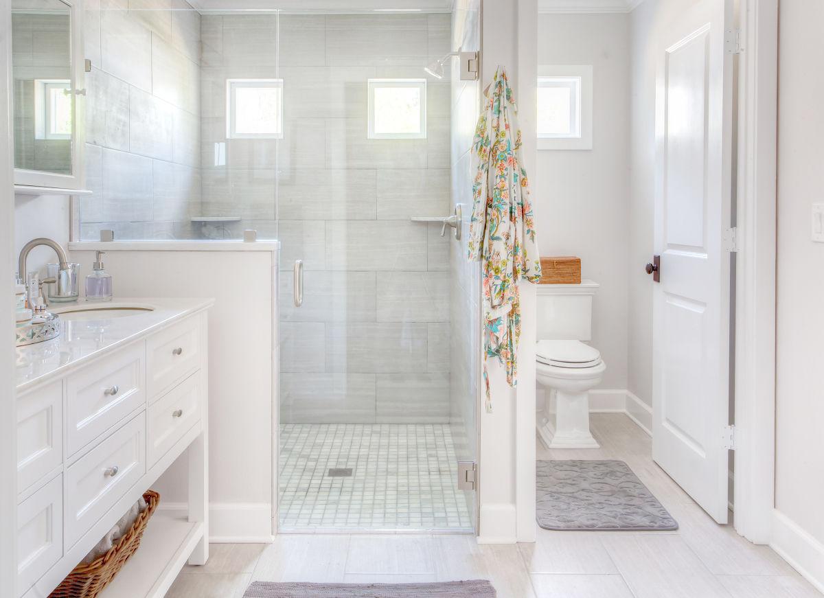 Туалет может быть отдельной комнатой, находящейся внутри ванной