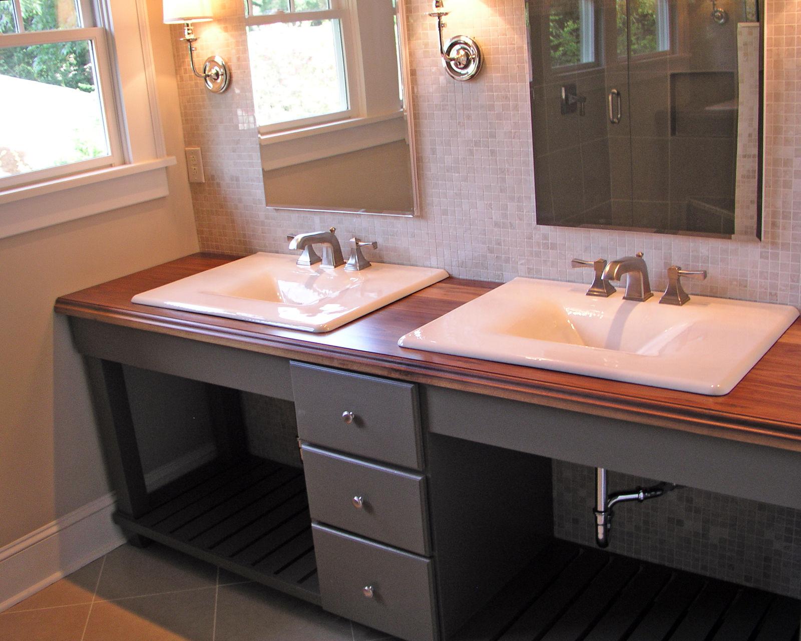 Специально для большой семьи в ванной можно установить две раковины