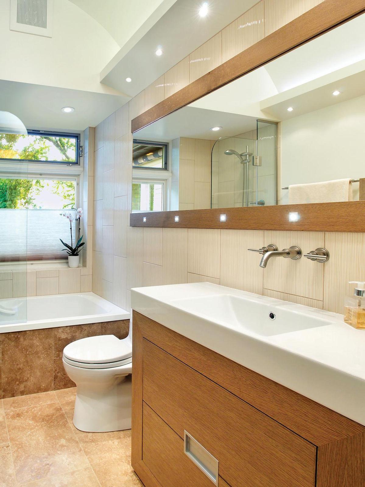 Длинные зеркала на стенах зрительно расширяют пространство небольшой ванной комнаты