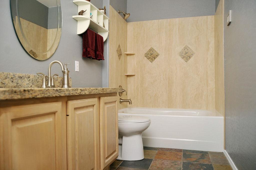 Иногда перегородку между ванной и туалетом убирают, совмещая их в одну комнату