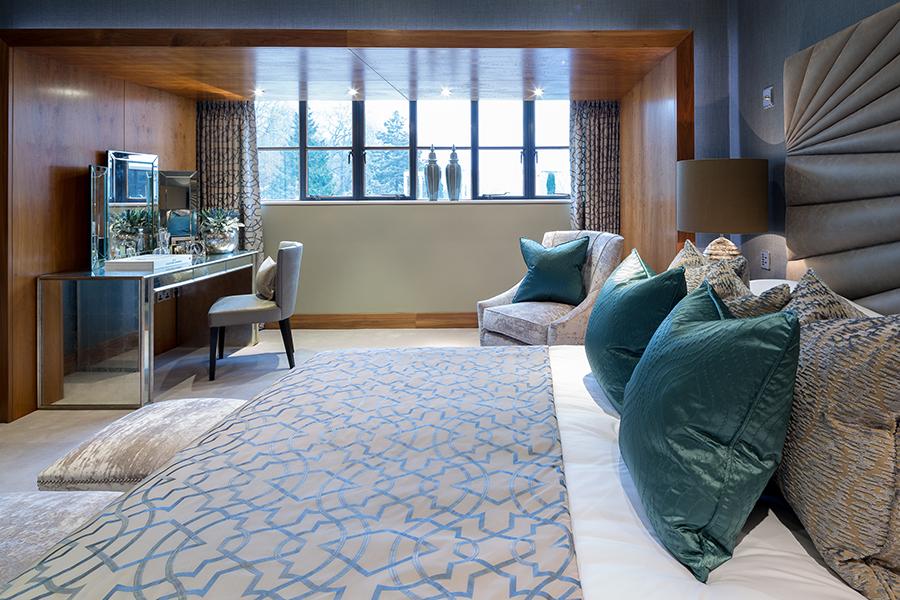 При оформлении спальни не стоит использовать более трёх основных оттенков