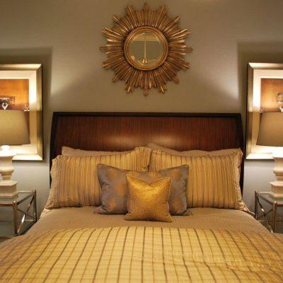 Кровать с тумбочками в спальне в стиле арт-деко