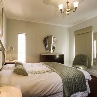 Зелено-белая спальня в стиле арт-деко