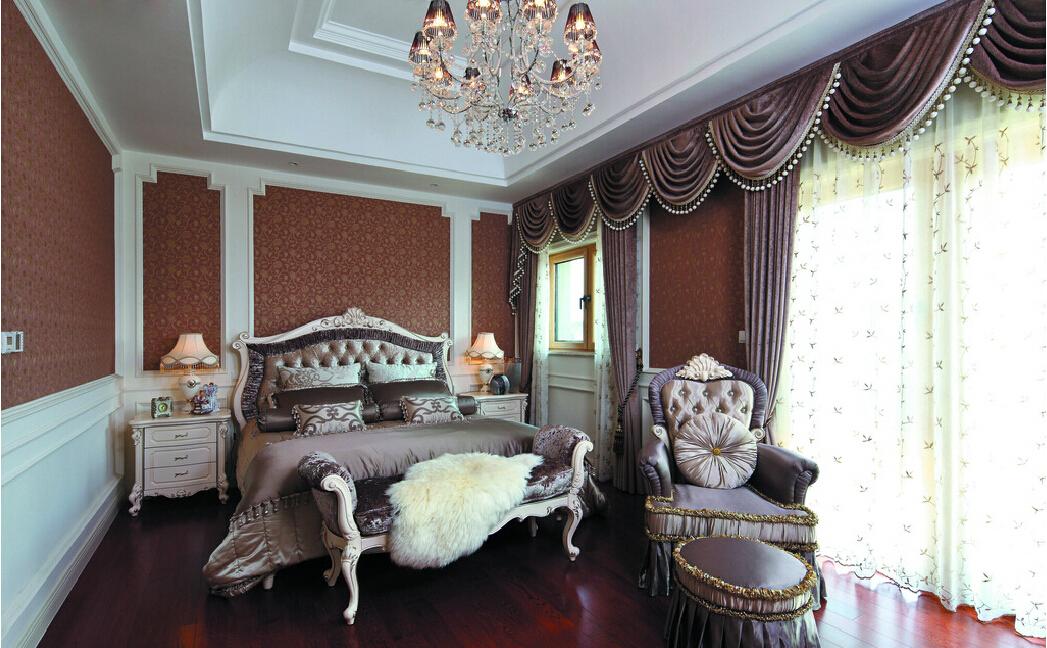 В отделке и декоре неоклассической спальни используют только дорогие материалы
