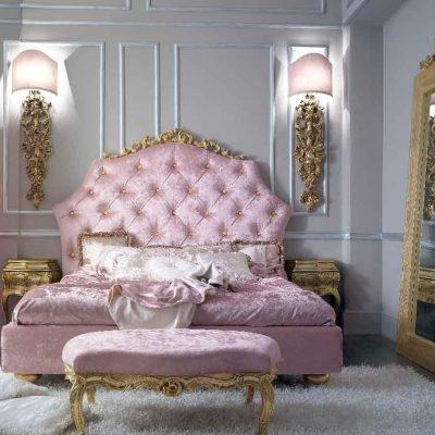 Розовая обивка мебели в спальне в стиле рококо