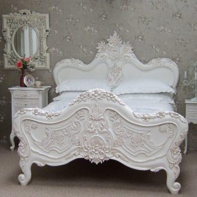 Лепнина на мебели в спальне в стиле рококо