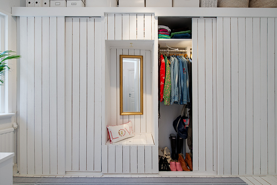 Белый шкаф с раздвижными дверями