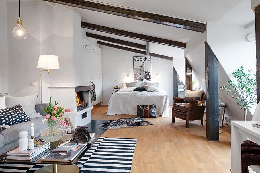 Спальня в мансарде, совмещенная с гостиной