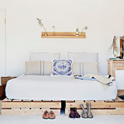 Кроваль из паллет для спальни в скандинавском стиле