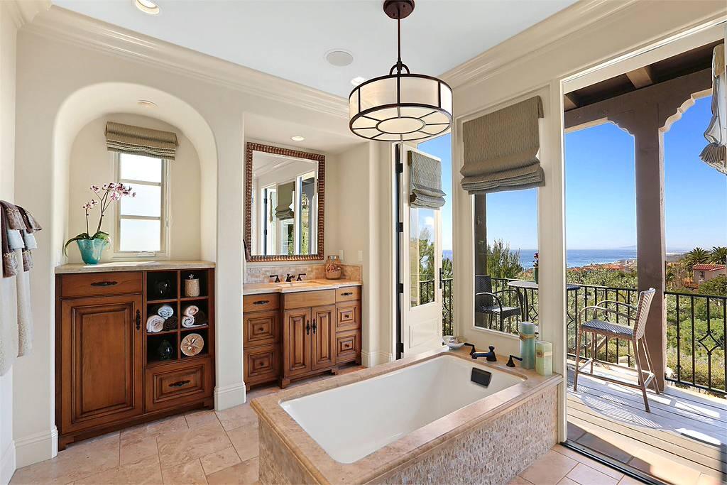 В средиземноморской ванной уместно будет смотреться большая люстра
