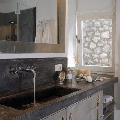 Раковина в ванной в средиземноморском стиле