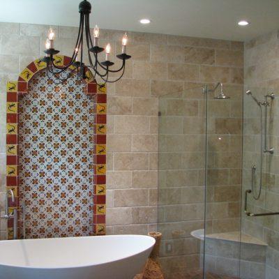 Ванная в средиземноморском стиле с каменными стенами