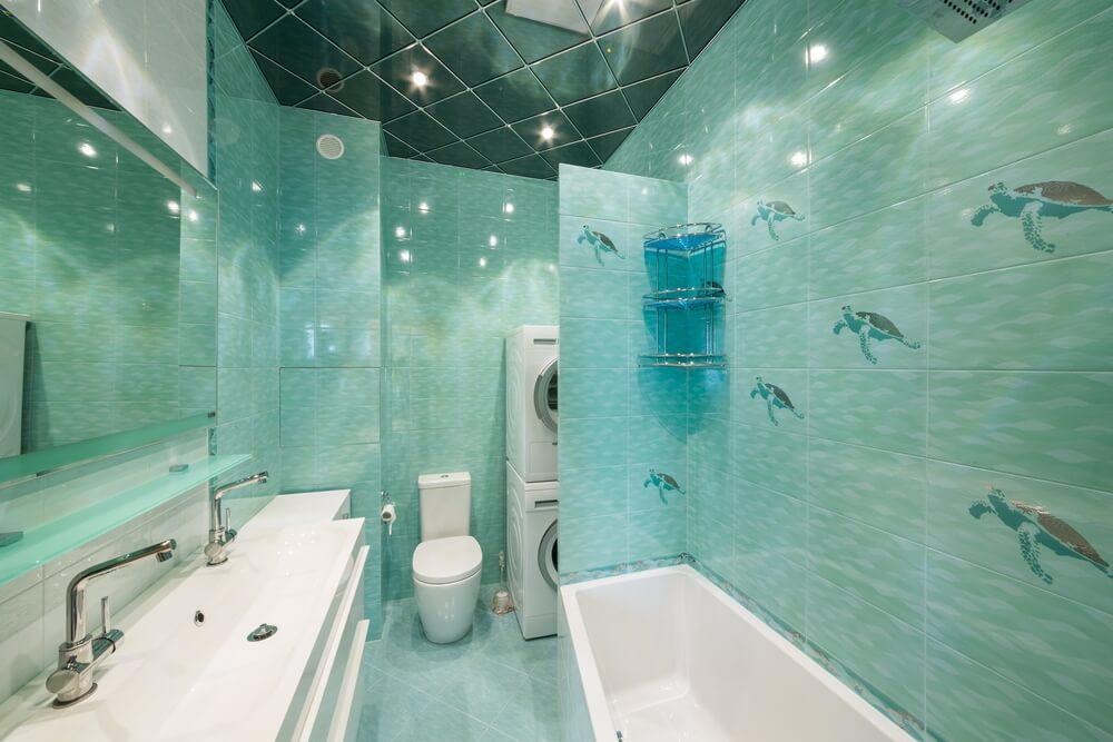 Зеркальные плиты - отличный вариант для небольших ванных