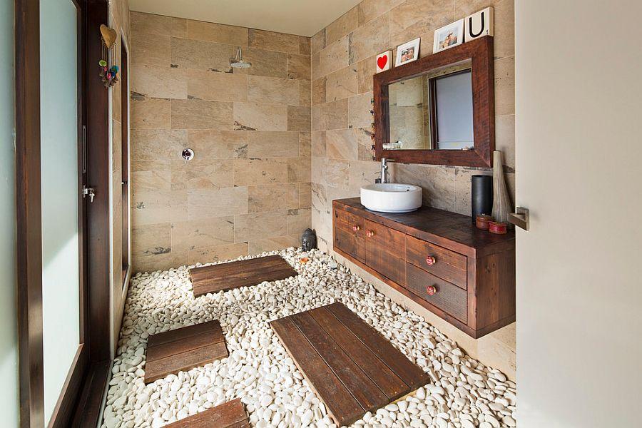 Оригинальный галечный пол островками из деревянных досок