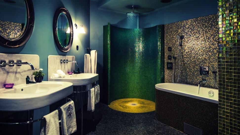 Роскошная ванная, облицованная стеклянной плиткой