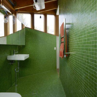 Зеленая ванная в морском стиле