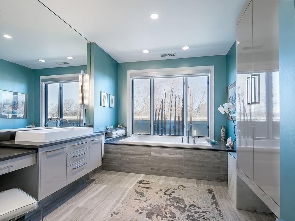 Потолок в ванной обязательно должен быть выполнен из влагостойких материалов