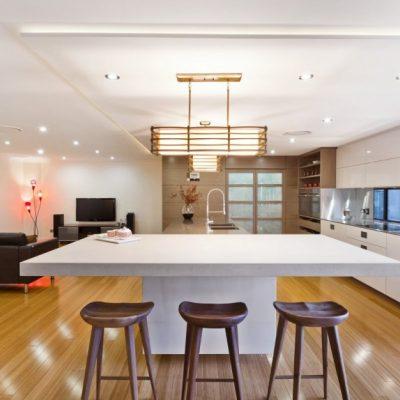 Светлый стол и потолок на кухне