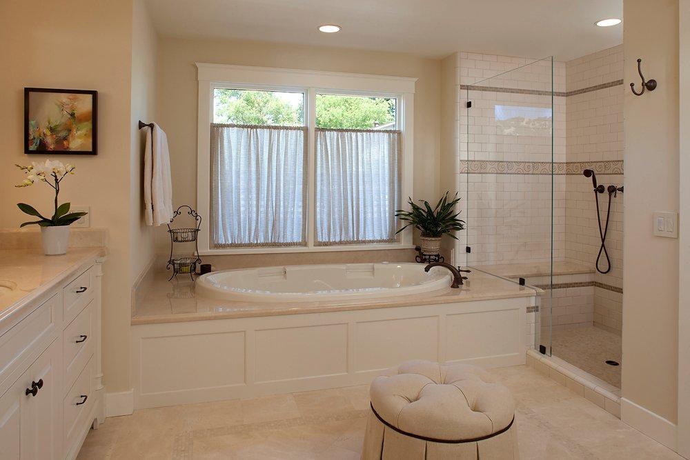 Окно в интерьере ванной