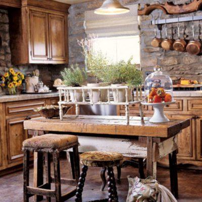 Небольшого размера деревенская кухня