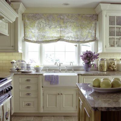 Римские бескаркасные шторы в стиле кантри на кухне
