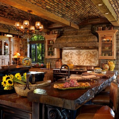 Массивный стол на кухне